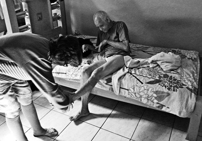 Brasileiro usa fotografia para retratar o laço que une pessoas com deficiência e seus cuidadores