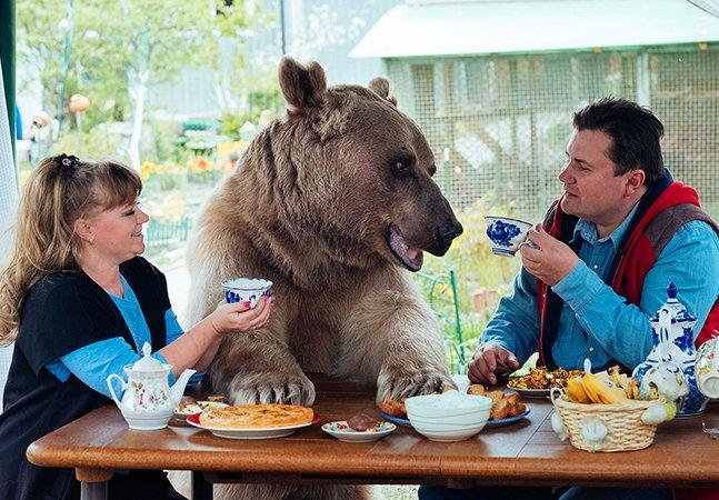 Série de fotos incrível mostra a rotina do casal que adotou um urso órfão há 23 anos