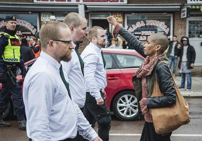 Mulher negra faz história ao se colocar a frente de 330 nazistas em manifestação na Suécia