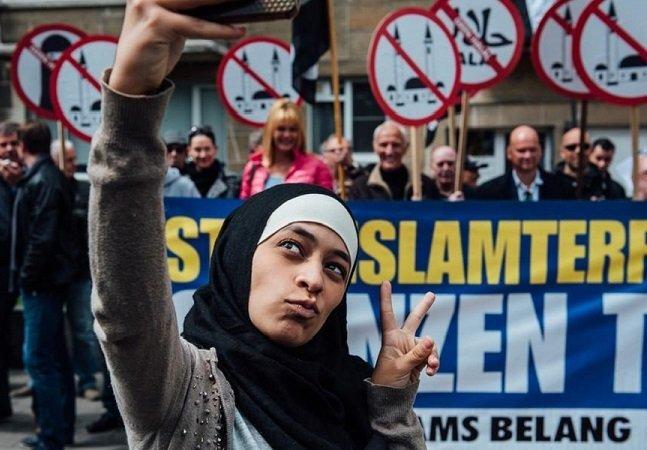Jovem muçulmana ridiculariza manifestação islamofóbica com selfies bem-humoradas