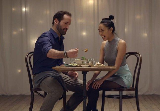 Experimento desafia desconhecidos com gostos parecidos para jantar juntos e provar que o amor nasce pelo estômago