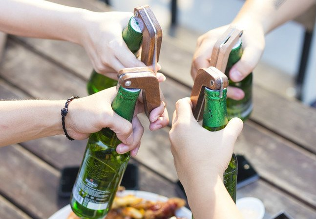 Abridor de garrafa tem movimento de 'aperto de mão' e avisa seus amigos quando é hora de beber