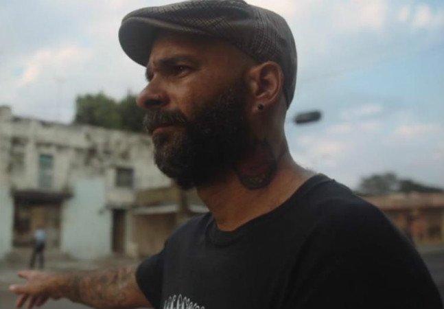 Ele se diz neo-hippie, comunista e está levando a tatuagem para Cuba, onde a arte ainda é proibida