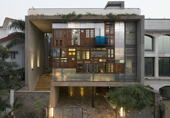 A incrível casa sustentável feita com portas e janelas recicladas
