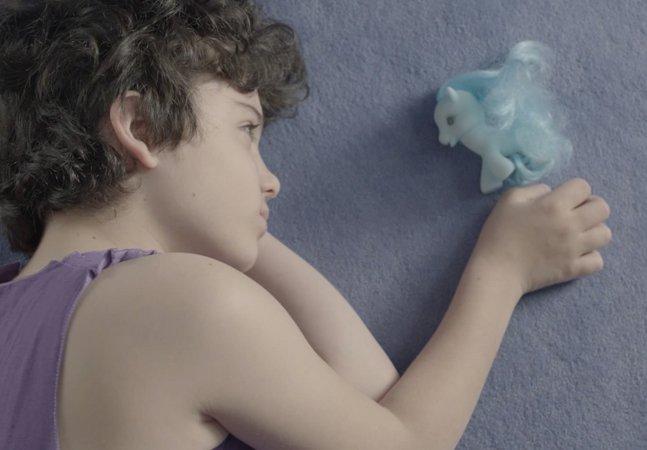 Clipe retrata as dificuldades  enfrentadas por uma criança  transgênero e emociona