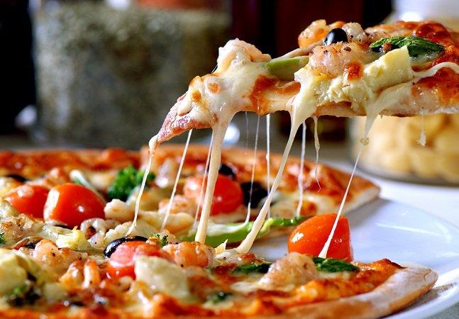 Para conseguir fazer uma  denúncia, ela ligou para  a polícia e pediu uma pizza