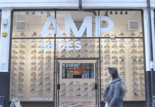 Tênis de pessoas amputadas são  vendidos em loja durante ação  chocante contra diabetes