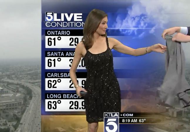 Essa repórter teve que se cobrir bizarramente ao vivo porque seu  vestido era 'muito decotado'