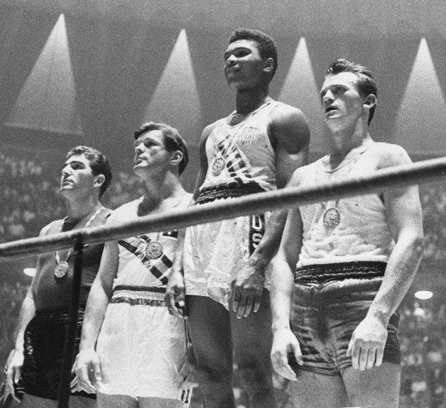 Ali vencendo a medalha de ouro, nas olimpíadas de Roma, em 1960
