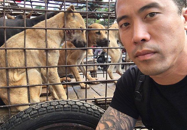 Homem arrisca a vida pra salvar mil animais do festival de carne de cachorro que está acontecendo na China