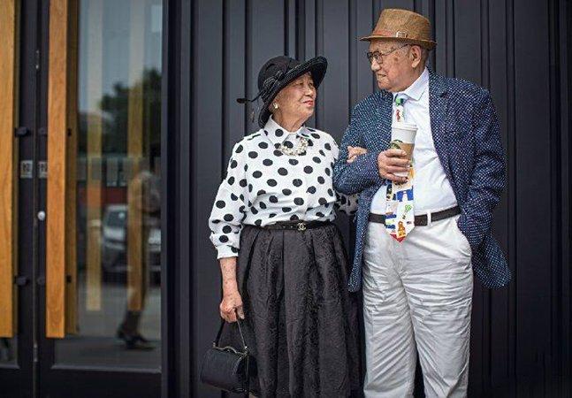 Casal celebra 64 anos de casado com ensaio estiloso, em que marido, de 95, veste roupas feitas pela mulher