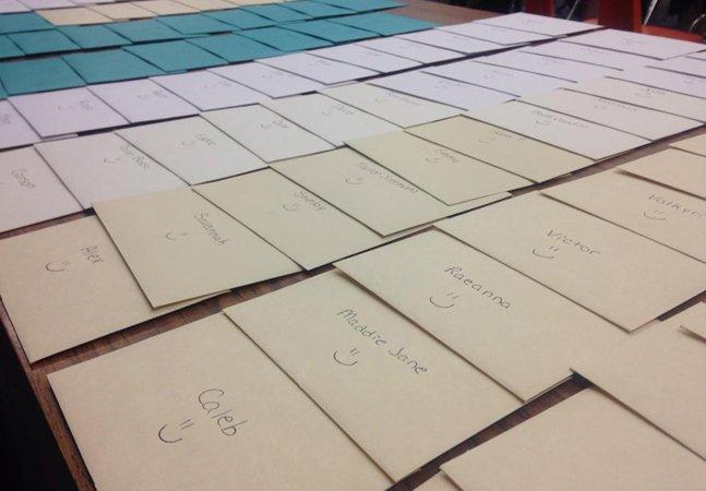 Após aluna tentar suicídio,  professora escreve cartas para lembrar  como todos da classe são especiais