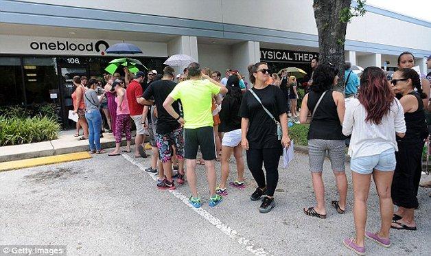 Filas de doadores de sangue em Orlando