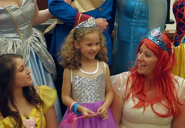 Menina de 5 anos ganha incrível festa surpresa com 'princesas da Disney' no dia de sua adoção