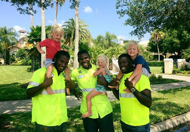 A inspiradora amizade entre estes trigêmeos de 2 anos e os coletores de lixo de seu bairro