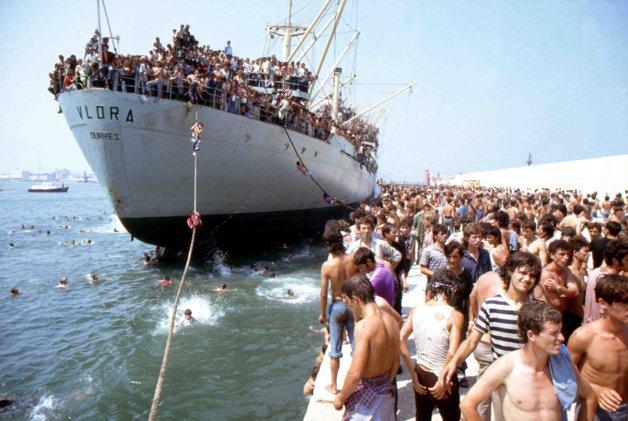 Bari - lo sbarco della nave Vlora nel porto il 08 agosto 1991