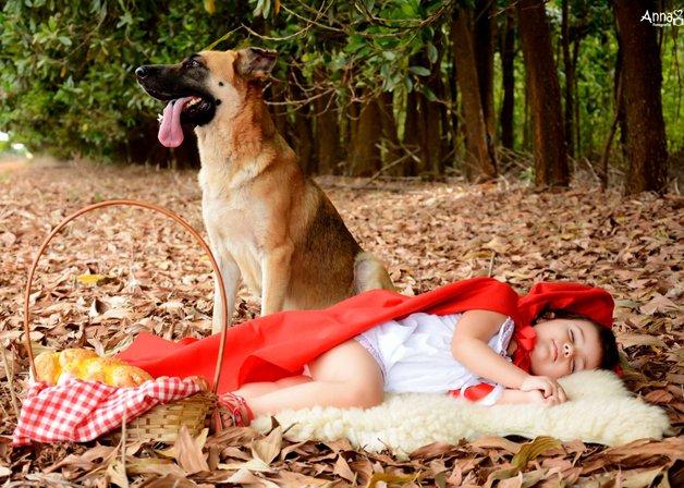 Depois de correr muito, chapeuzinho vermelho cansou e se deitou para tirar uma soneca. Eis que o lobo a avistou e, vendo aquela pequena menina adormecida, foi vencido por seu encanto, e ali permaneceu até que ela despertasse.