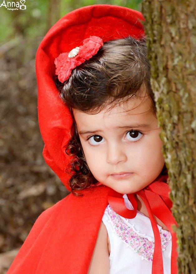 Além da mãe, Chapeuzinho Vermelho não tinha outros parentes, a não ser uma avó bem velhinha, que nem conseguia mais sair de casa. Morava numa casinha, no interior da mata.