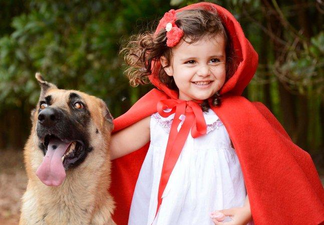 Fotógrafa transforma o lobo mau em  lobo bom na versão mais fofa  da Chapeuzinho que você já viu