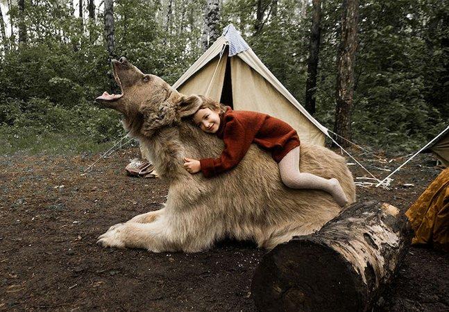 Família posa com urso real em série de fotos impressionante pra campanha anti-caça