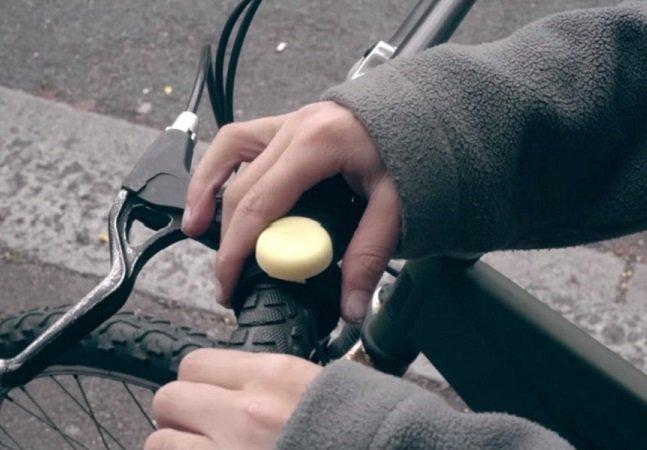 Quando o ciclista aperta esse botão, prefeito recebe email sobre os perigos do trânsito