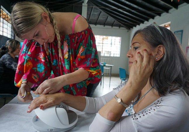 Como o empoderamento feminino  está ajudando a mudar a realidade  do bairro mais violento da Colômbia
