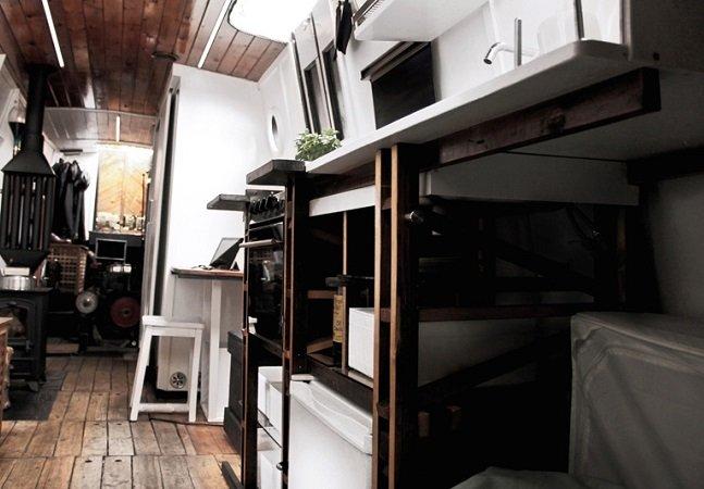 Barco centenário é transformado em casa flutuante movida a energia solar