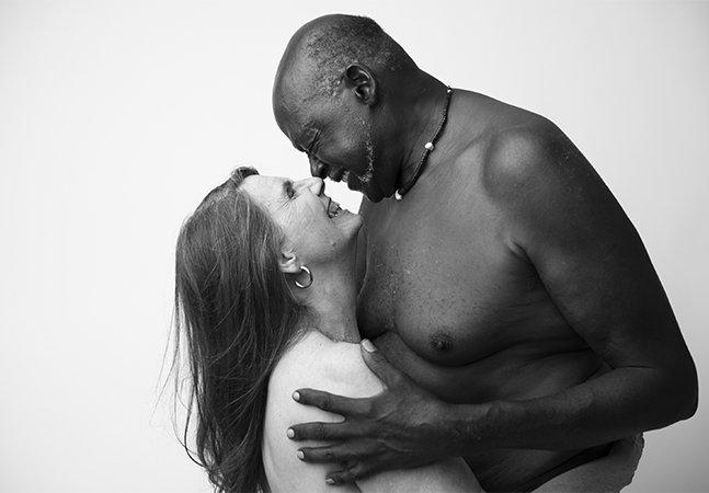 Fotógrafa retrata casal interracial de idosos para exaltar todas as formas de amor e fotos viralizam