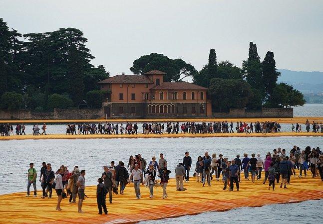 Este lago na Itália ganhou uma  passarela para que os visitantes possam andar sobre as águas