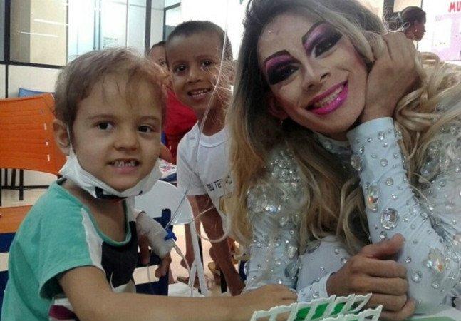 Pisando (de salto) no preconceito: drag queen anima o tratamento  de crianças com câncer