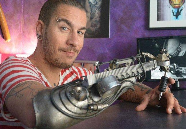 Tatuador que perdeu antebraço ganha primeira prótese com máquina de tatuar adaptada