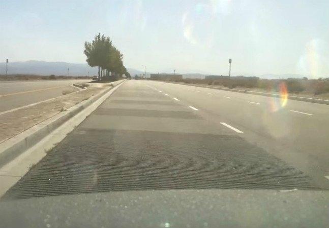 Estrada com ranhuras controla velocidade enquanto produz música