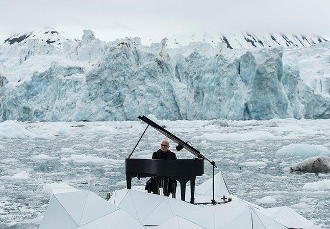 Artista toca num icebergue enquanto glaciar derrete e alerta pras alterações climáticas em vídeo mágico