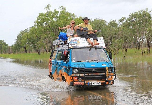 É possível: eles viajaram por mais  de 50 países em uma van gastando  apenas 8 dólares por dia