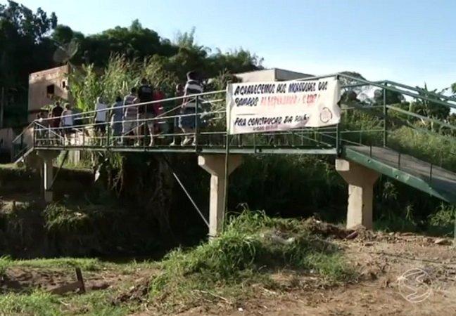 Com 5 mil reais moradores  constroem ponte no RJ que  prefeitura tinha orçado em 270 mil