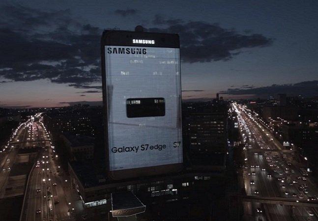 Samsung inova e transforma prédio de Moscou em versão gigante de seu novo celular