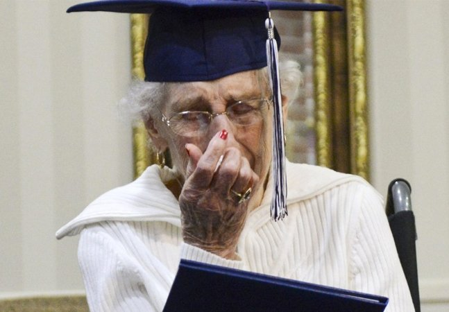 Com 97 anos, ela conseguiu finalmente se formar no colegial, que abandonou  no passado por um motivo doloroso