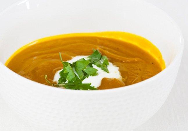 5 receitas de sopa super práticas para esquentar a noite de hoje