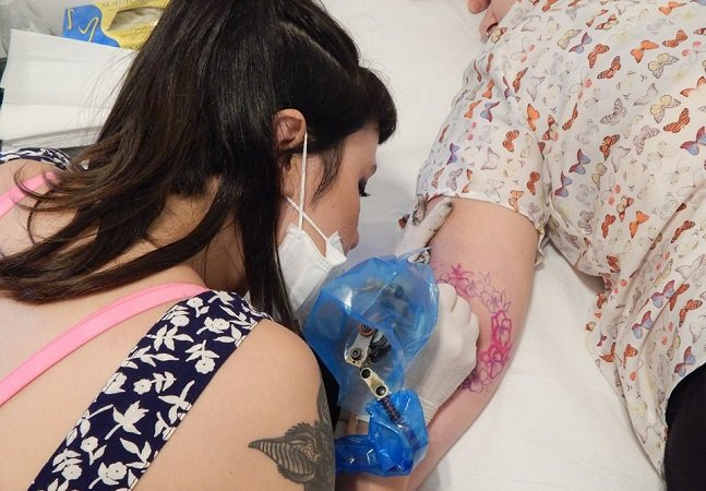 O estúdio paulistano só de  tatuadoras mulheres é um arraso