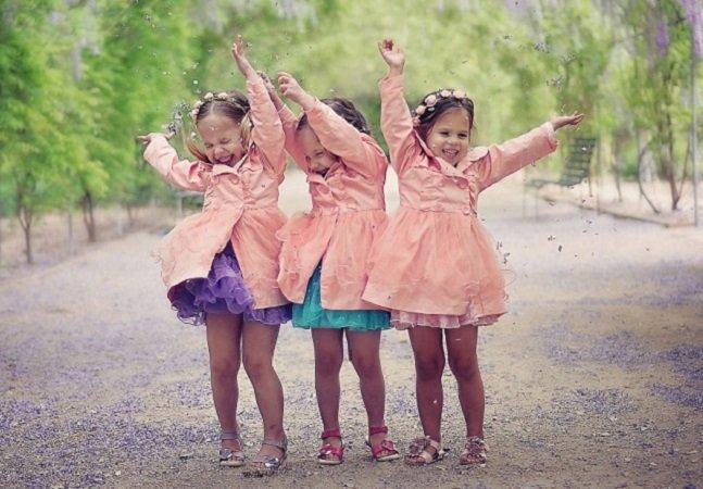 Mãe fotógrafa cria linda série que registra o crescimento de suas filhas trigêmeas