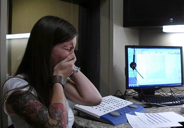 Vídeo emocionante mostra como a  ciência permitiu que deficientes auditivos  escutassem pela primeira vez