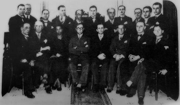 Antonieta sentada entre seus colegas parlamentares, no dia de sua posse em 1935