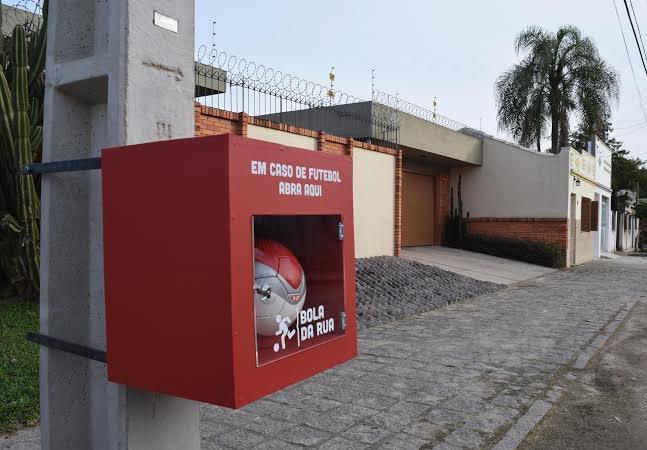 Bolas de futebol são guardadas em caixas na rua e só as crianças têm a chave