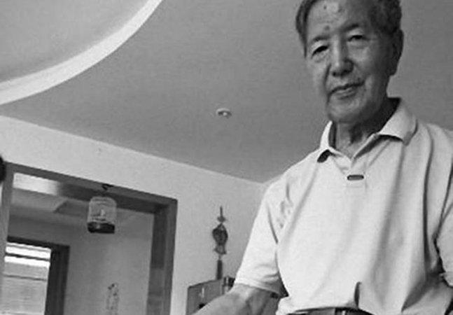 Homem de 70 anos escreve uma carta por dia pra esposa falecida pra lidar com a perda