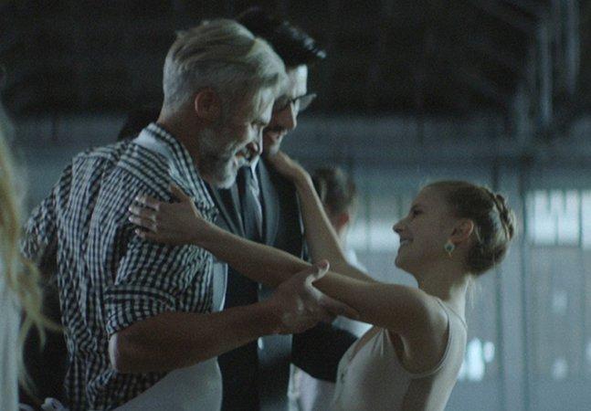 Comercial em homenagem ao Dia dos Pais mostra casal de homens na companhia da filha