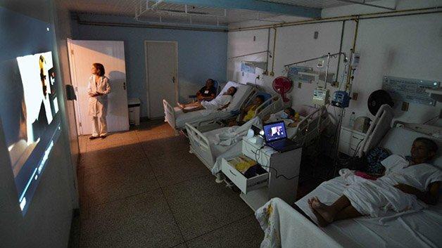 Foto-2_Francisco-Campos_SES-_13072013-Projeto-'Cinema-nas-enfermarias'-melhora-rotina-de-pacientes-internados-no-Hospital-de-Câncer-Tarquínio-Lopes-Filho-1024x576