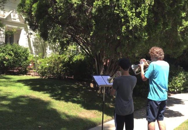 Veja o que acontece quando dois  músicos tocam o tema de Star Wars  na porta da casa de seu compositor