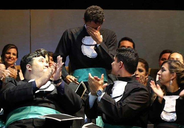 Ex-cortador de cana que se formou em medicina emociona turma durante colação de grau em Recife