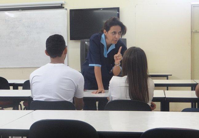 Essa professora de filosofia se  disfarçou como faxineira para ensinar  uma lição preciosa aos alunos