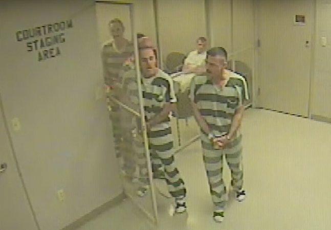 Prisioneiros arrombam a cela  para salvar a vida do guarda  que os mantinha detidos